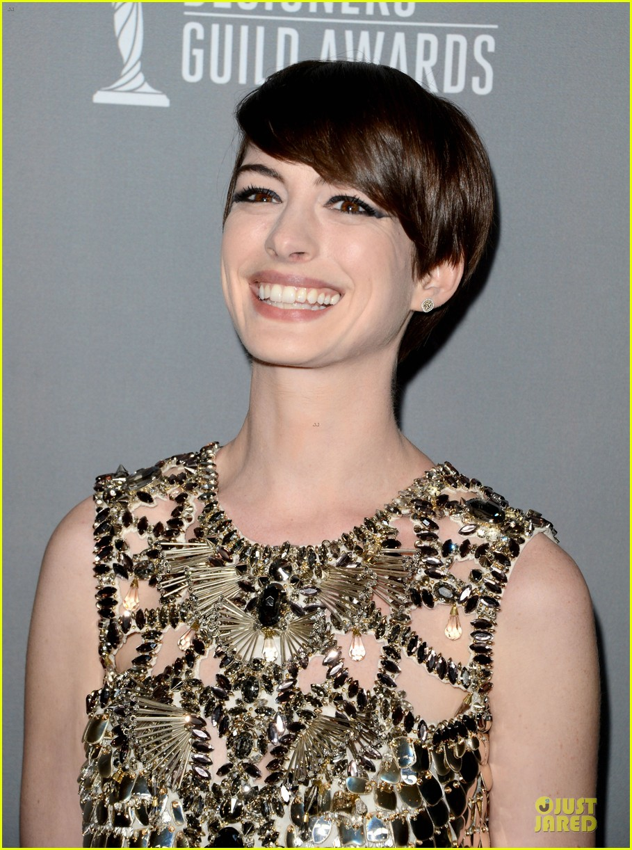 anne hathaway cdg awards 2013 red carpet 09