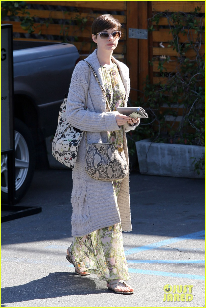 anne hathaway steps out post oscar win in beverly hills 07