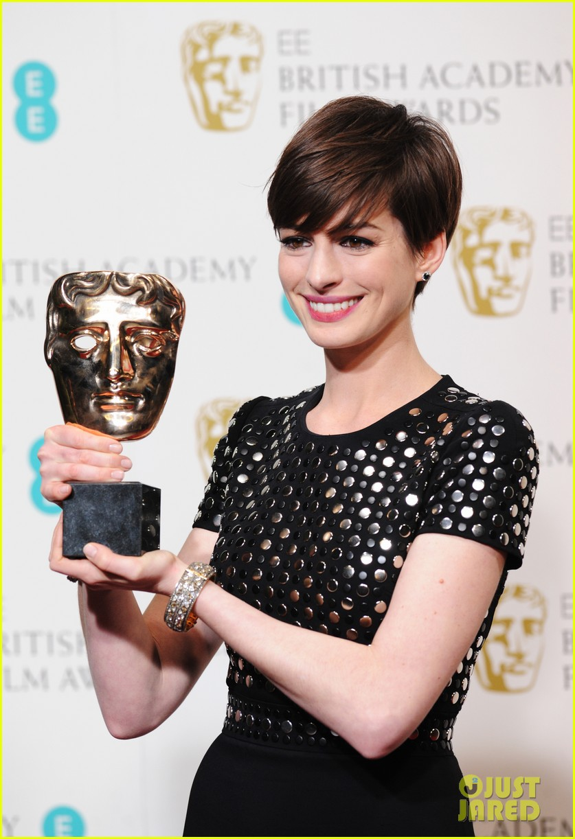 anne hathaway wins best supporting actress baftas 2013 01