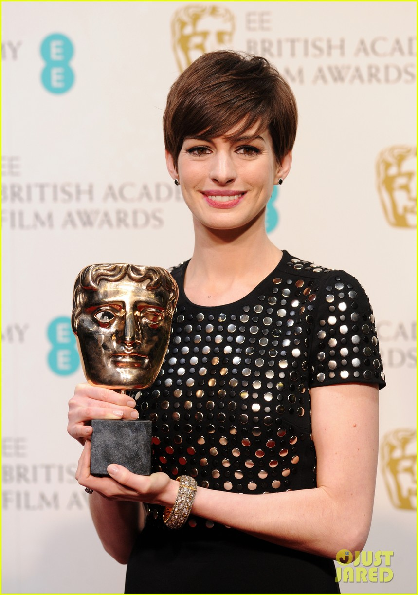 anne hathaway wins best supporting actress baftas 2013 02