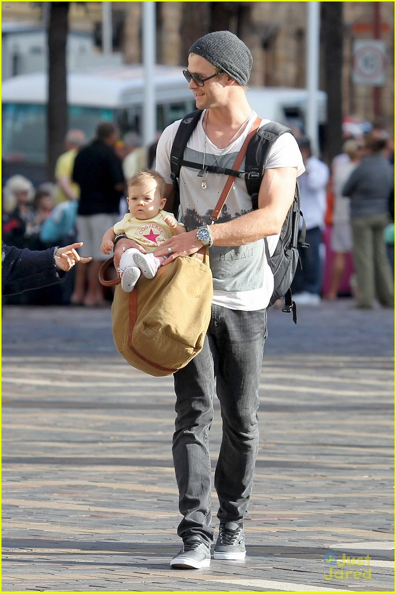 chris hemsworth elsa pataky sydney stroll with india 04