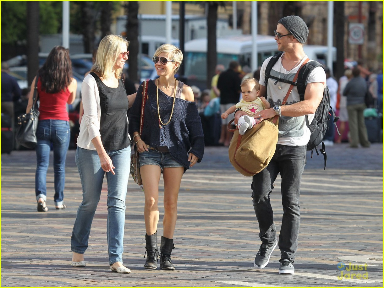 chris hemsworth elsa pataky sydney stroll with india 24