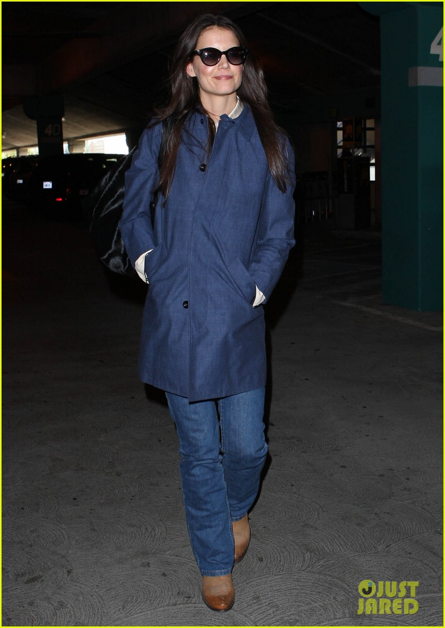 katie holmes flies from jfk to lax 03