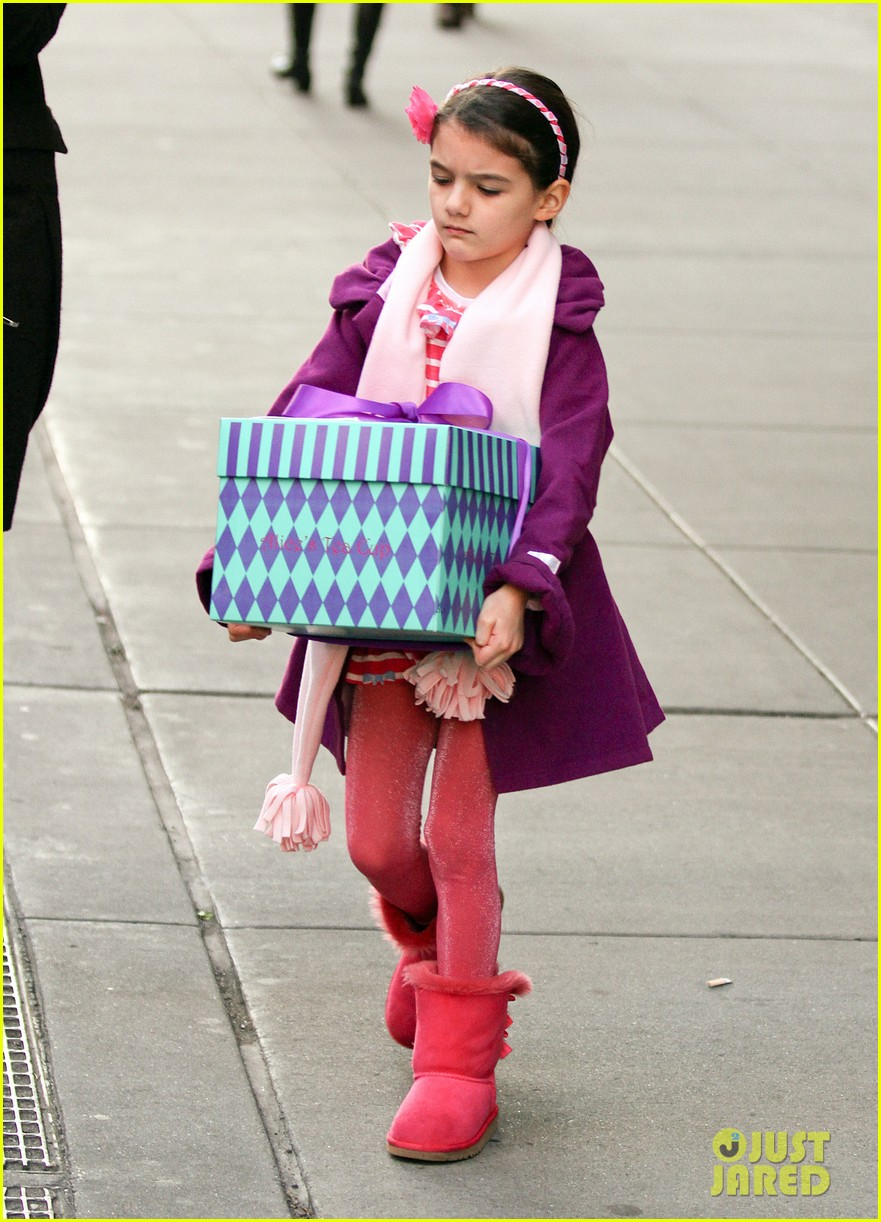 katie holmes celebrates with suri gets breakfast with lawyer 03