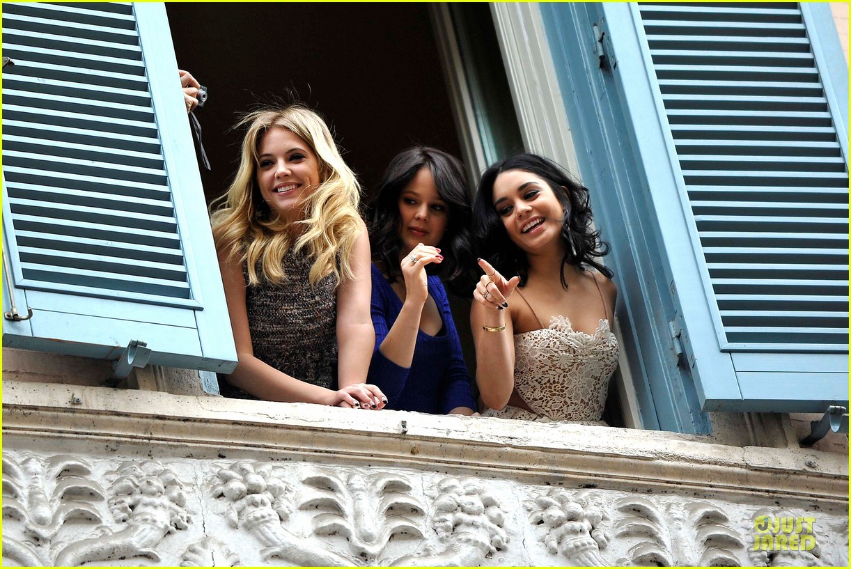 vanessa hudgens ashley benson spring breakers kisses in rome 03