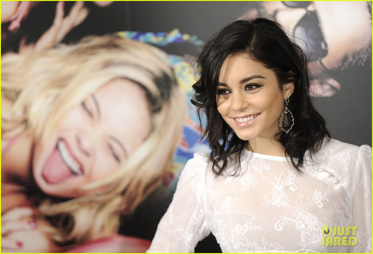 vanessa hudgens selena gomez spring breakers madrid photo call 07