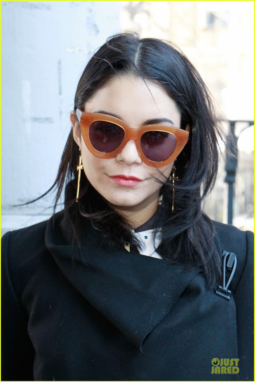 vanessa hudgens chloe sevigny fashion show 04