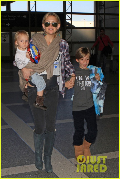 kate hudson lax departure with the little ones 01