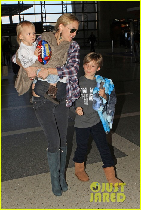 kate hudson lax departure with the little ones 032808839