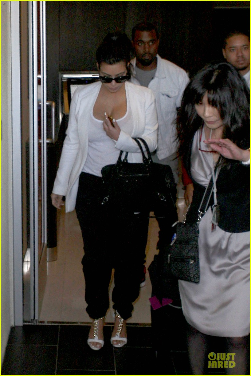pregnant kim kardashian kanye west lax arrival after brazilian vacation 24