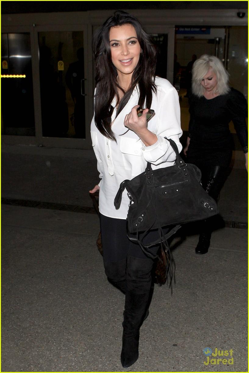 kim kardashian pregnant in heels at lax airport 01