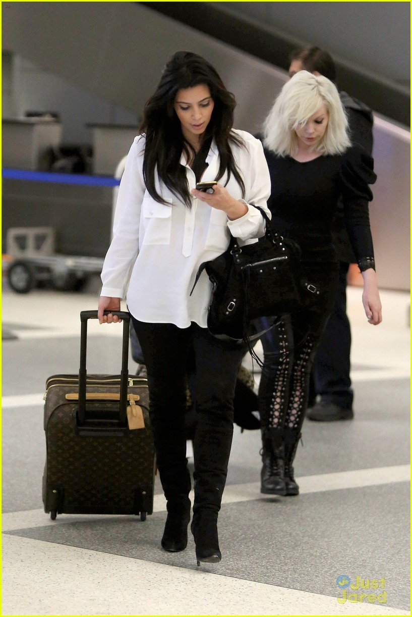 kim kardashian pregnant in heels at lax airport 03