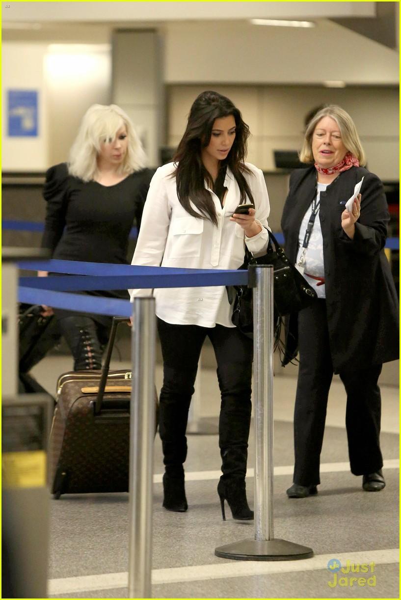 kim kardashian pregnant in heels at lax airport 122814680