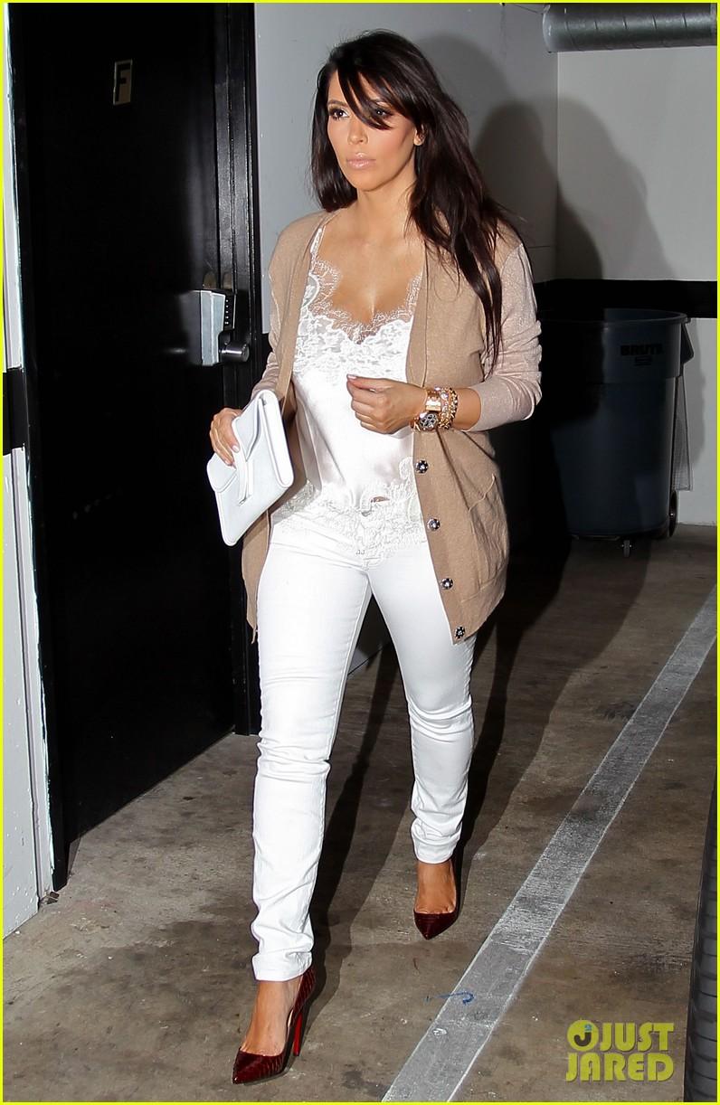 kim kardashian pregnant in skinny jeans 01