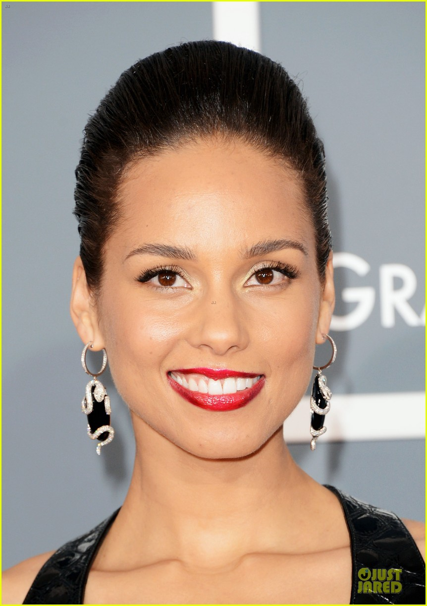 alicia keys swizz beatz grammys 2013 red carpet 04