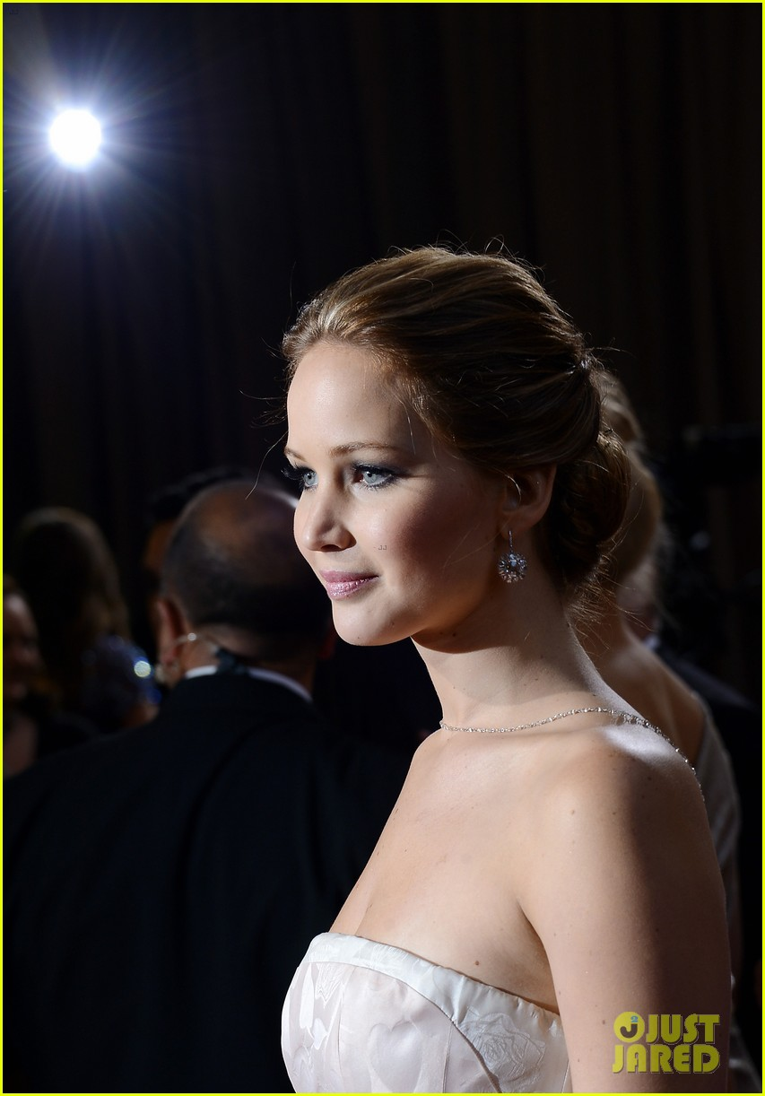 jennifer lawrence wins best actress falls on stage 14