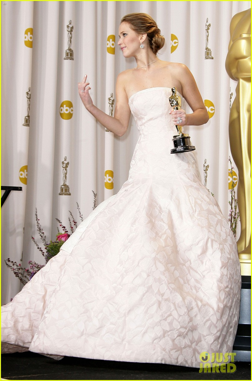 jennifer lawrence middle finger flash in oscars press room 02