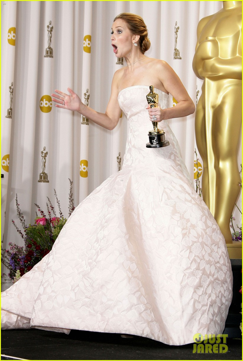 jennifer lawrence middle finger flash in oscars press room 03