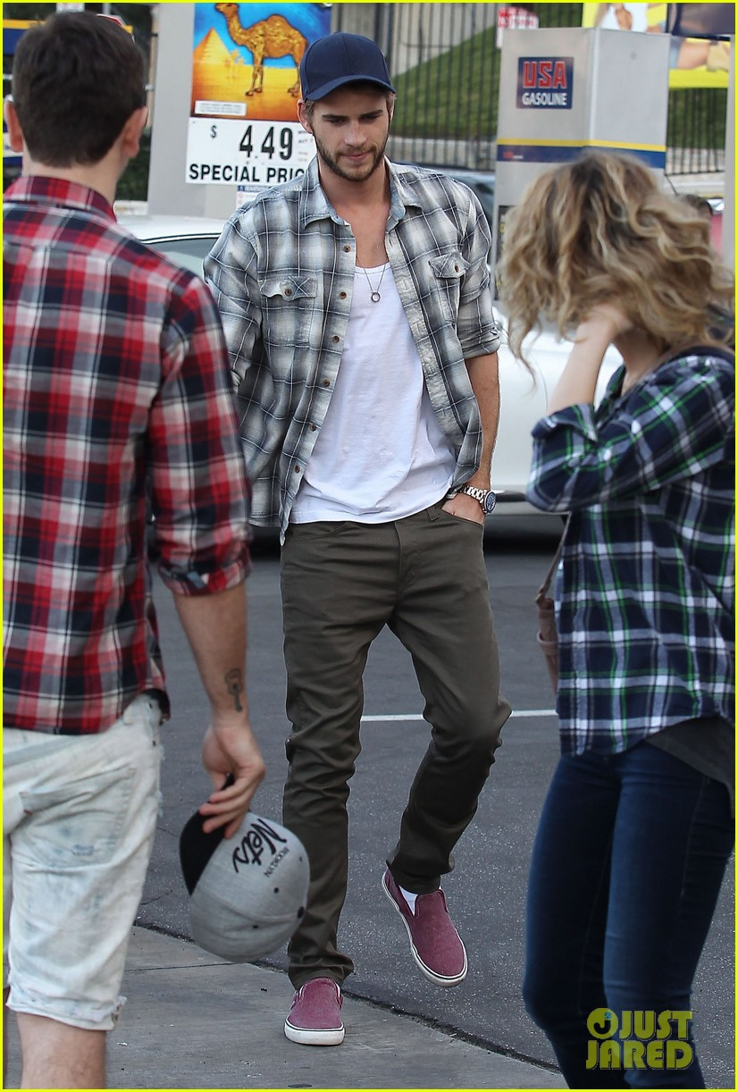 liam hemsworth lunch gas station stop 01