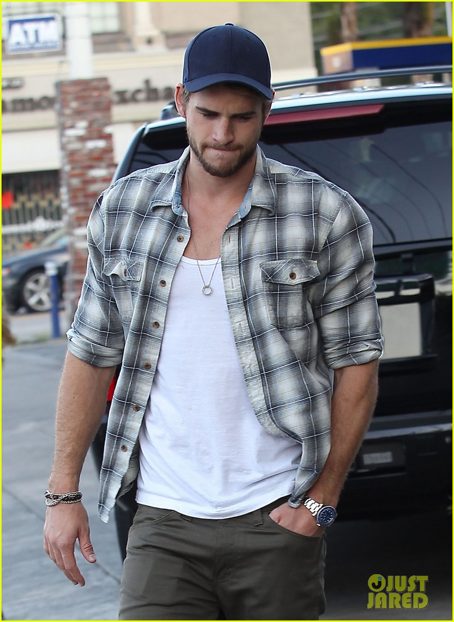 liam hemsworth lunch gas station stop 04