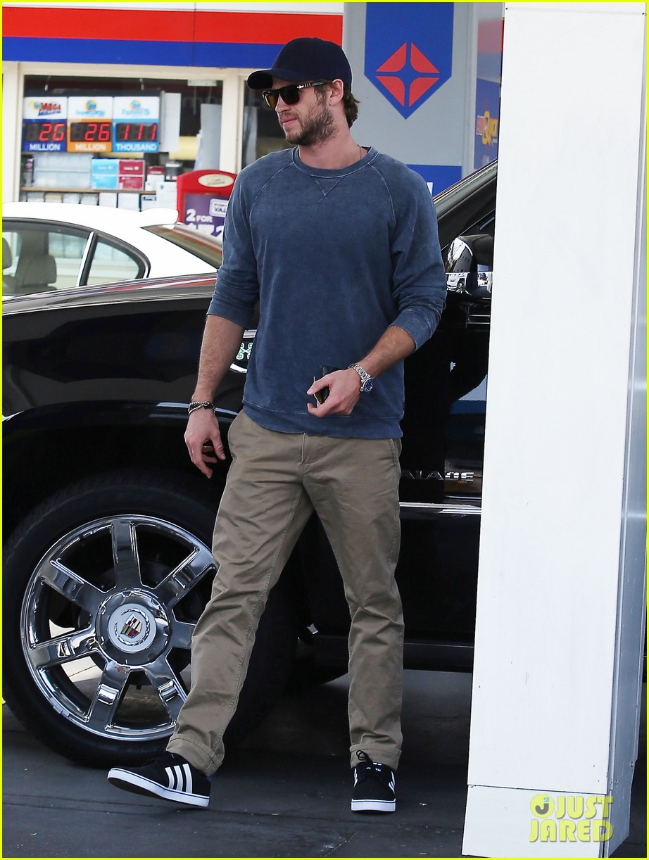 liam hemsworth lunch gas station stop 05