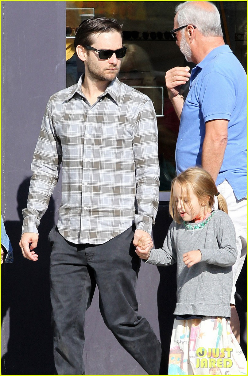 tobey maguire brunch with the family 05