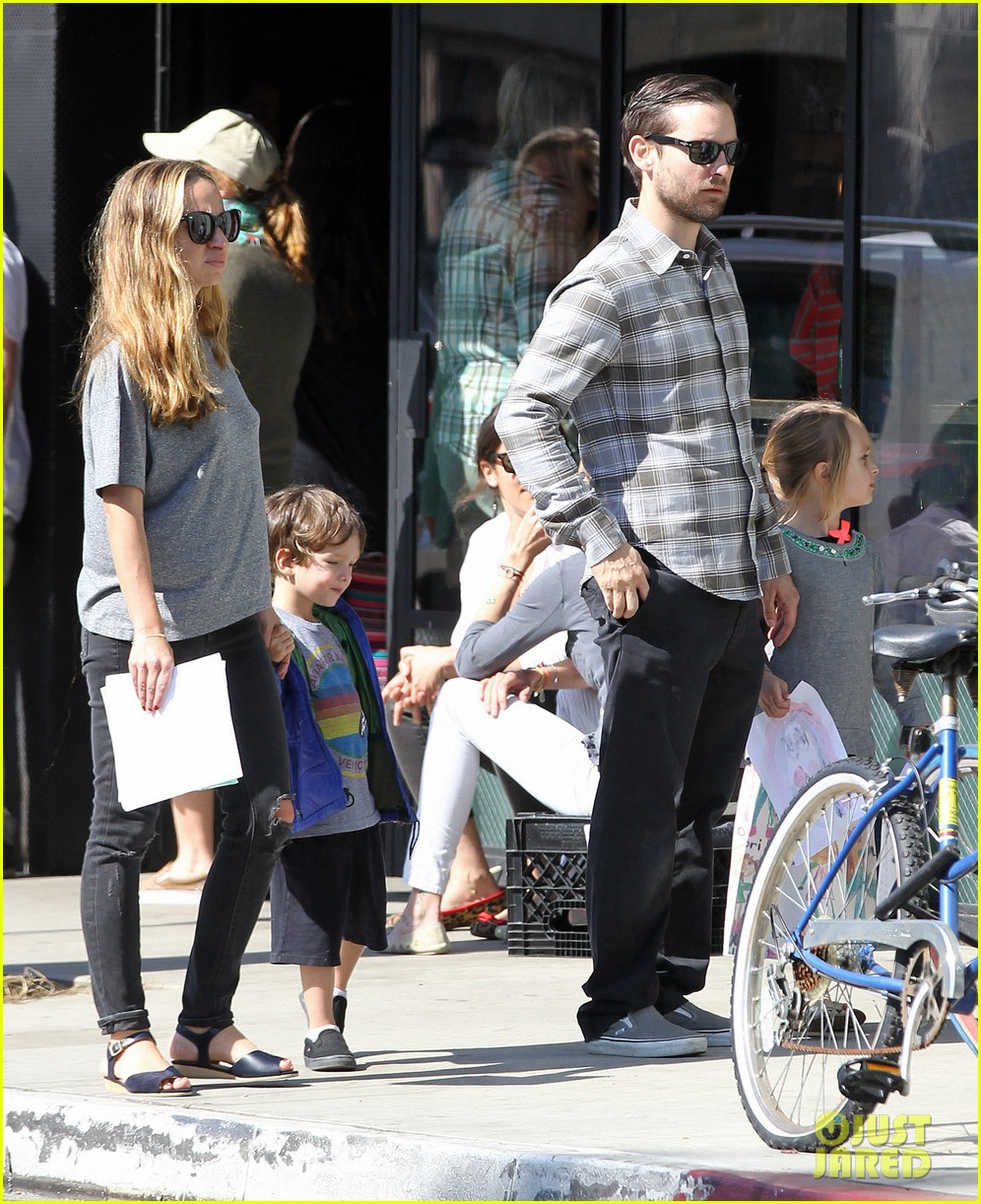 tobey maguire brunch with the family 082814443