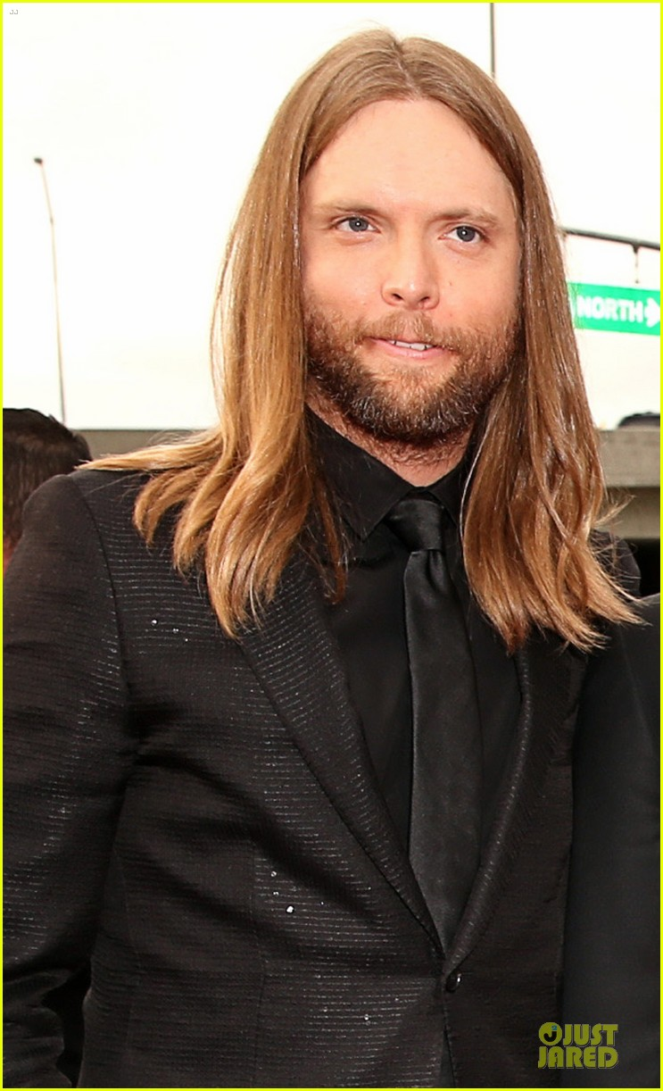 maroon 5 grammys 2013 red carpet 03