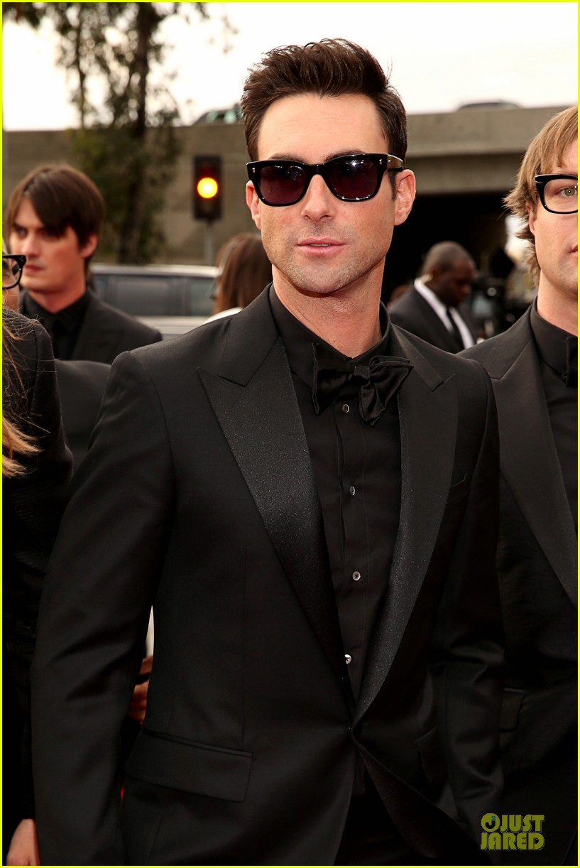 maroon 5 grammys 2013 red carpet 06