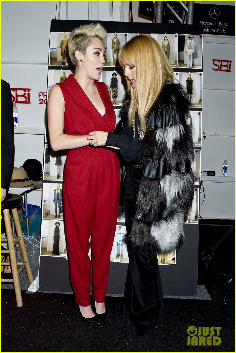 miley cyrus rachel zoe fashion show with mom tish 08
