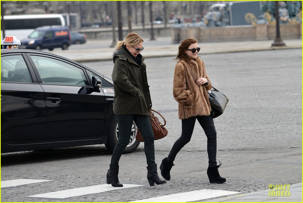 chloe moretz eiffel tower tour with mother teri 04