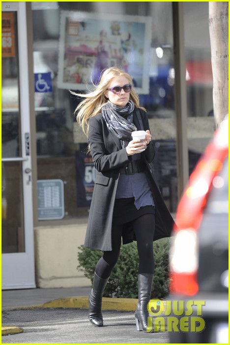 anna paquin friday coffee stop 04