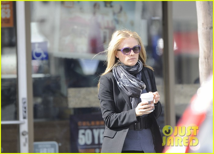 anna paquin friday coffee stop 07