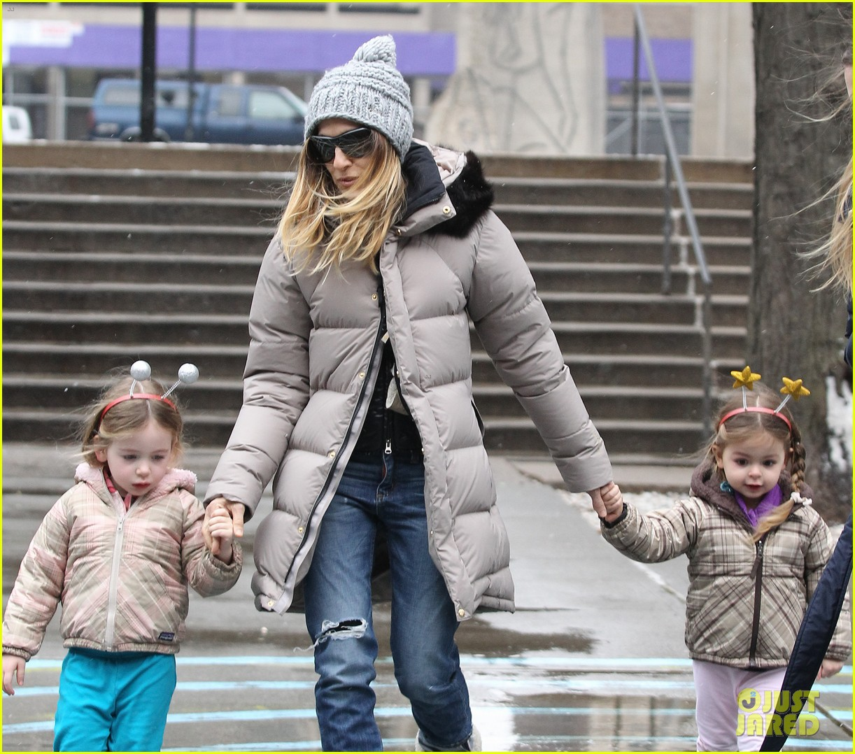 sarah jessica parker morning walk with the twins 34