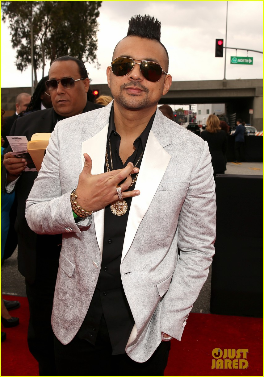 redfoo sean paul grammys 2013 red carpet 05