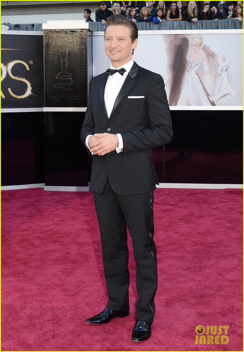 jeremy renner oscars 2013 red carpet 03