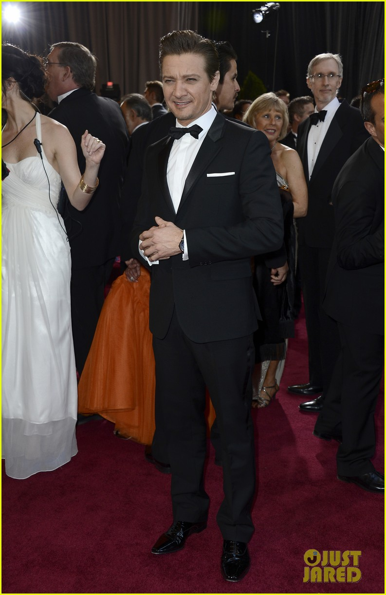 jeremy renner oscars 2013 red carpet 05