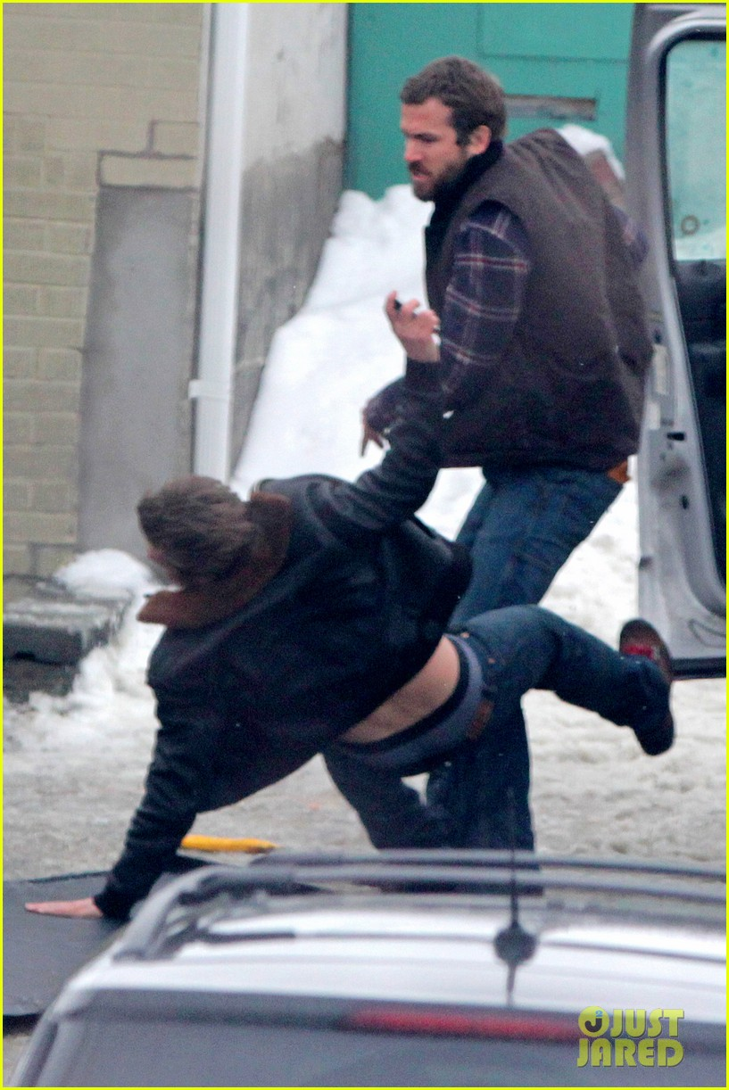 ryan reynolds punches scott speedman on queen of the night set 02