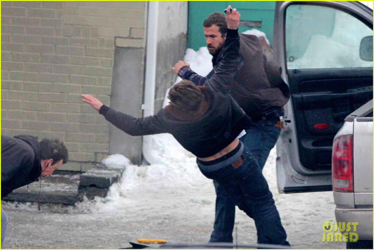 ryan reynolds punches scott speedman on queen of the night set 12