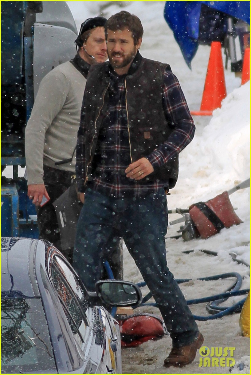 ryan reynolds punches scott speedman on queen of the night set 18