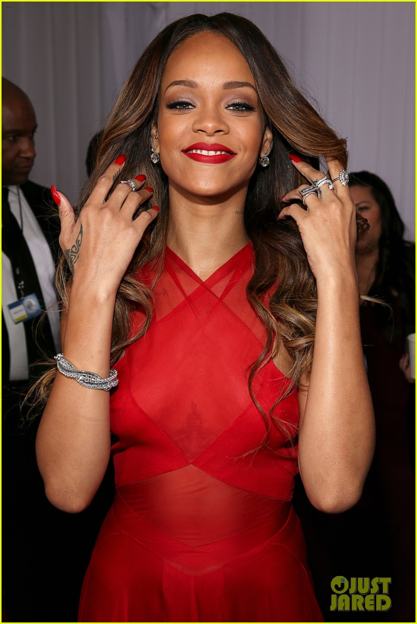 rihanna grammys 2013 red carpet 04