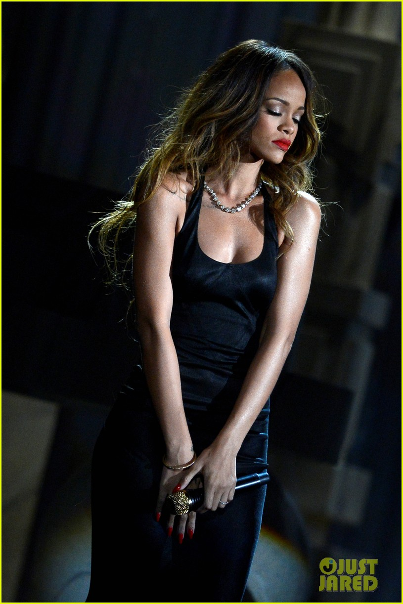 rihanna grammys 2013 performance of stay watch now 072809537