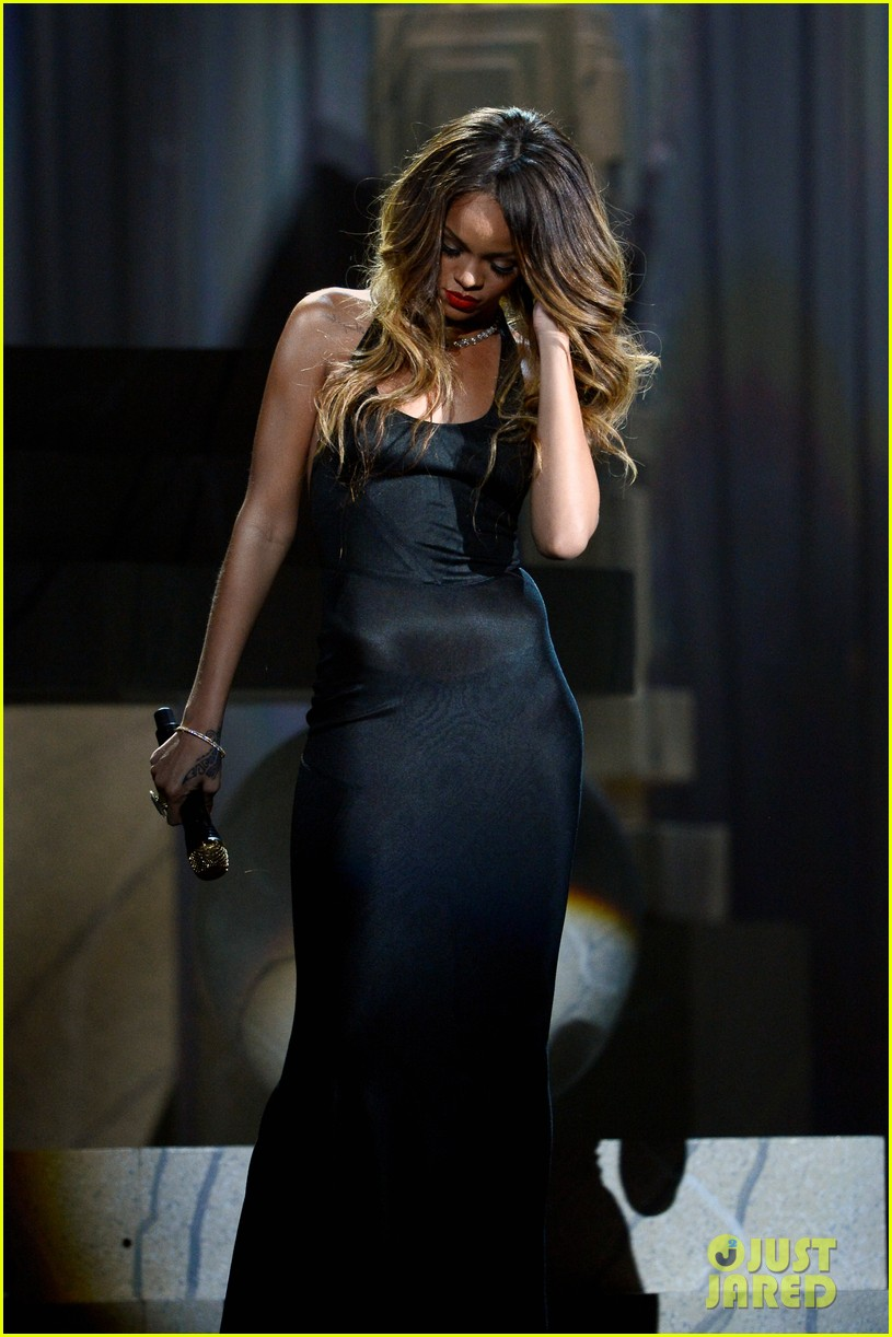 rihanna grammys 2013 performance of stay watch now 082809538