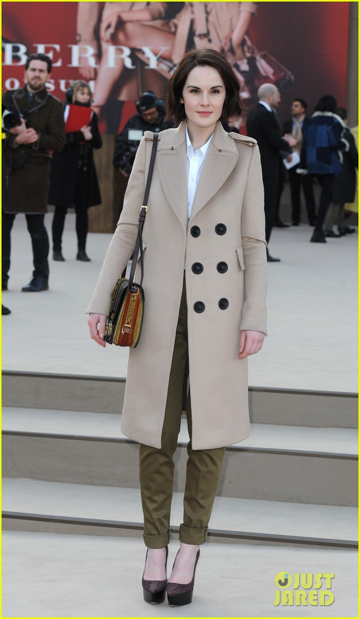 rosie huntington whiteley freida pinto burberry fashion show 01