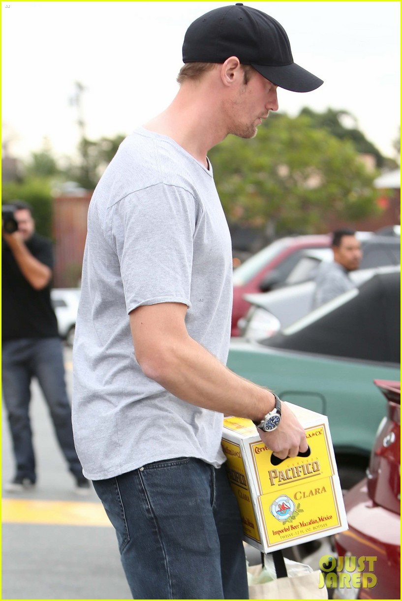 alexander skarsgard pre super bowl beer run 042803455