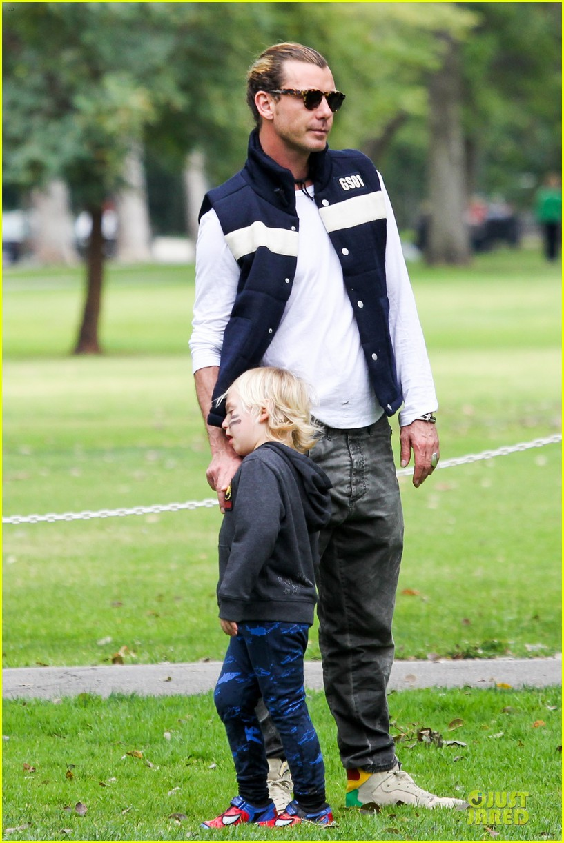 gwen stefani gavin rossdale scootering with the boys 142804916