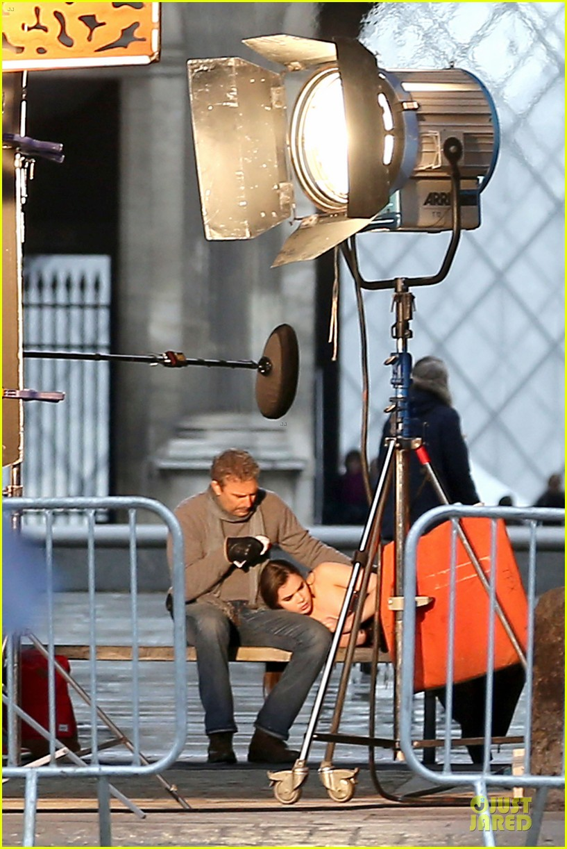 hailee steinfeld three days to kill set with kevin costner 02