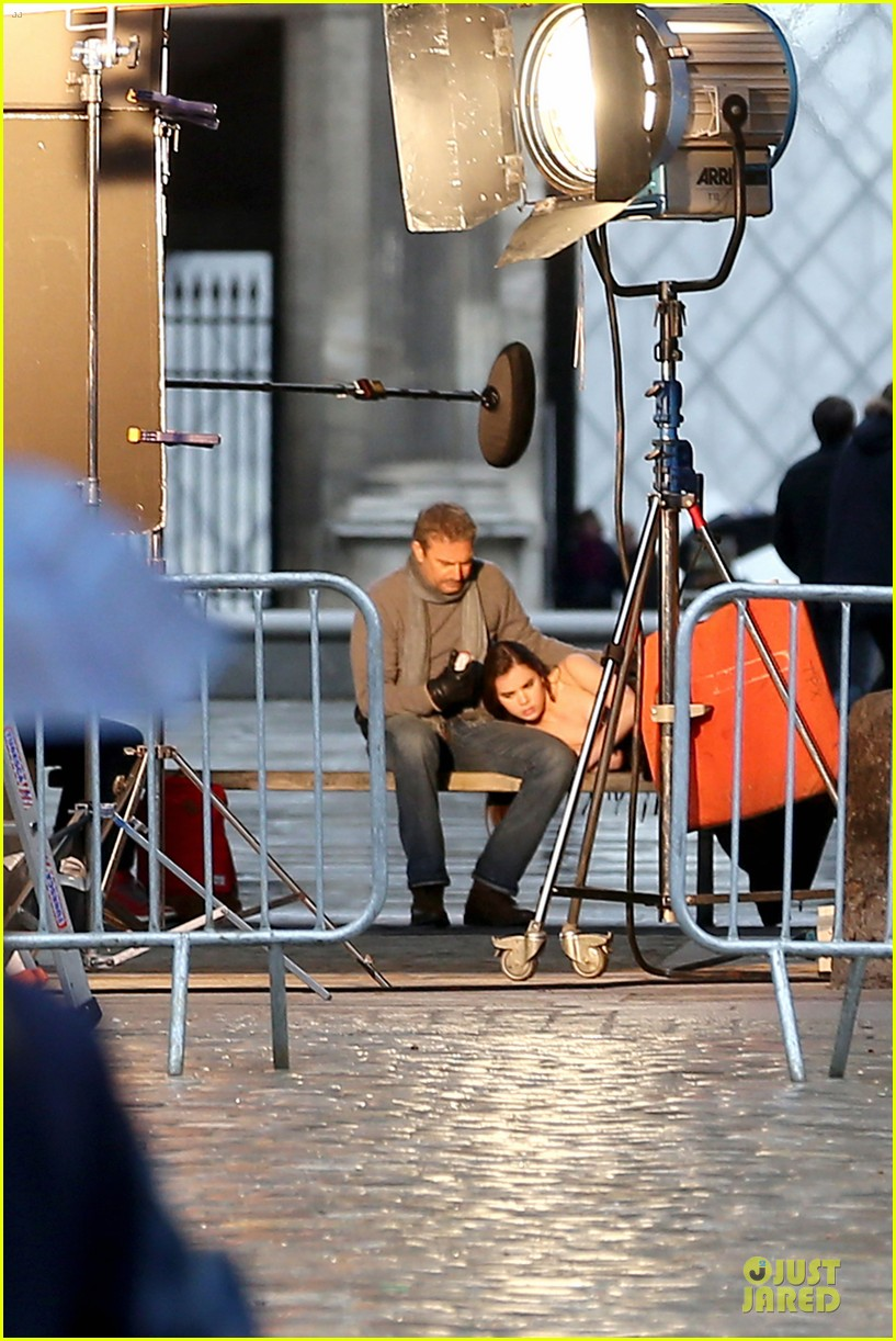 hailee steinfeld three days to kill set with kevin costner 052803186
