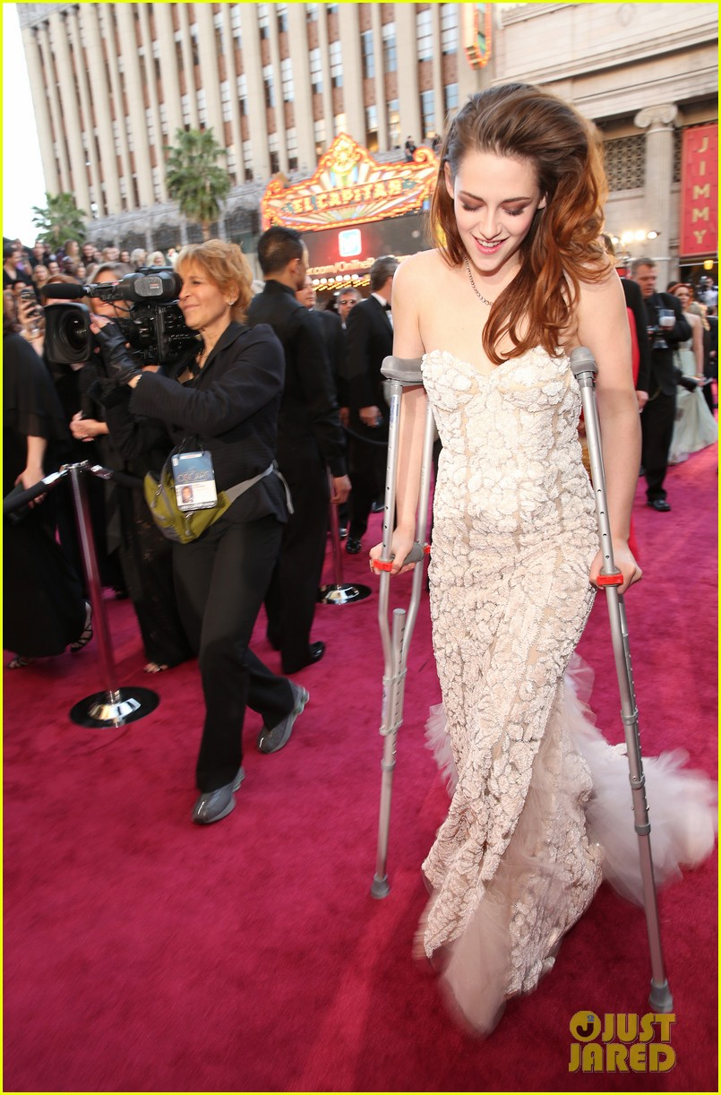 kristen stewart oscars 2013 red carpet on crutches 01