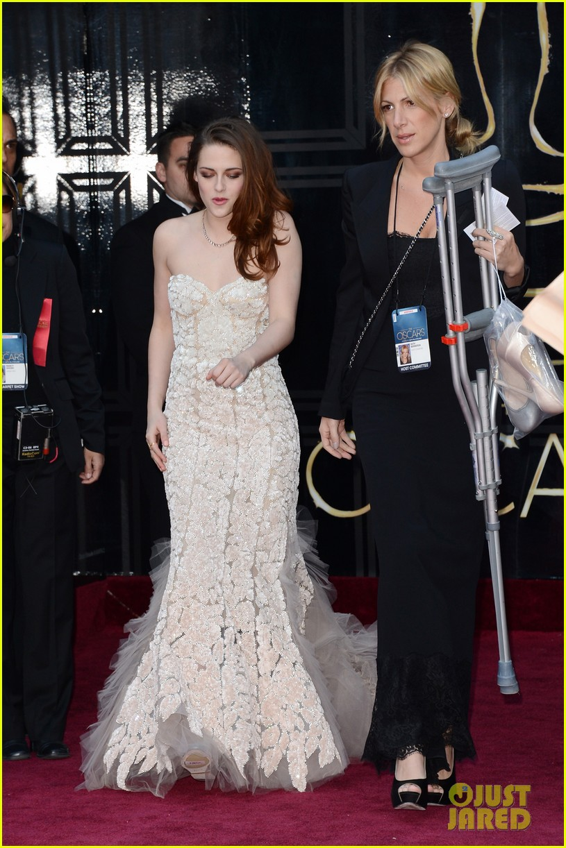 kristen stewart oscars 2013 red carpet on crutches 02